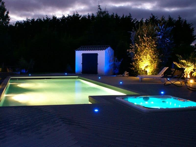 Piscine en béton armé Aquafeat avec éclairage de nuit - Rêve de Piscine & Spa à Nantes Carquefou La Baule Loire Atlantique (44)