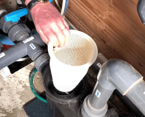 Nettoyage du préfiltre de la pompe d'une piscine en vidéo - Rêve de Piscine & Spa à Nantes Carquefou La Baule Loire Atlantique (44)